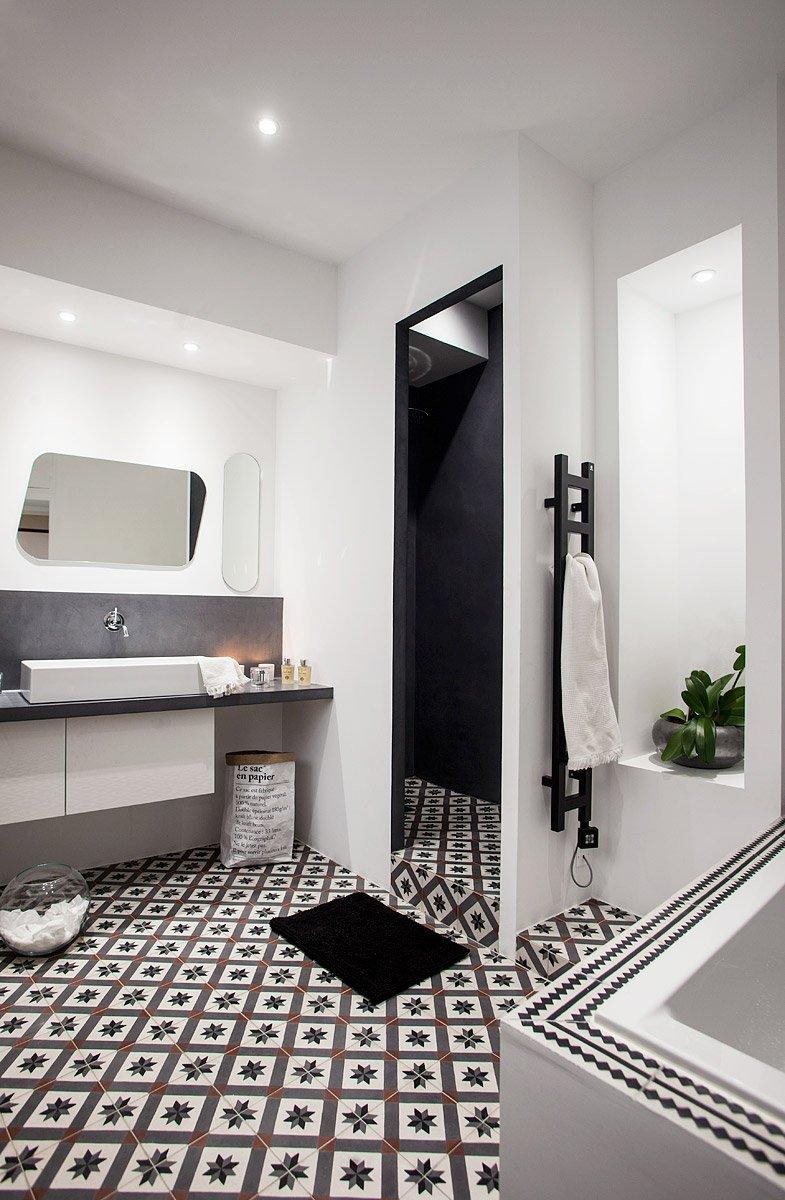 Salle de bain avec carreaux de la marque carocim, béton ciré et sac en papier be-poles © Denis Dalmasso