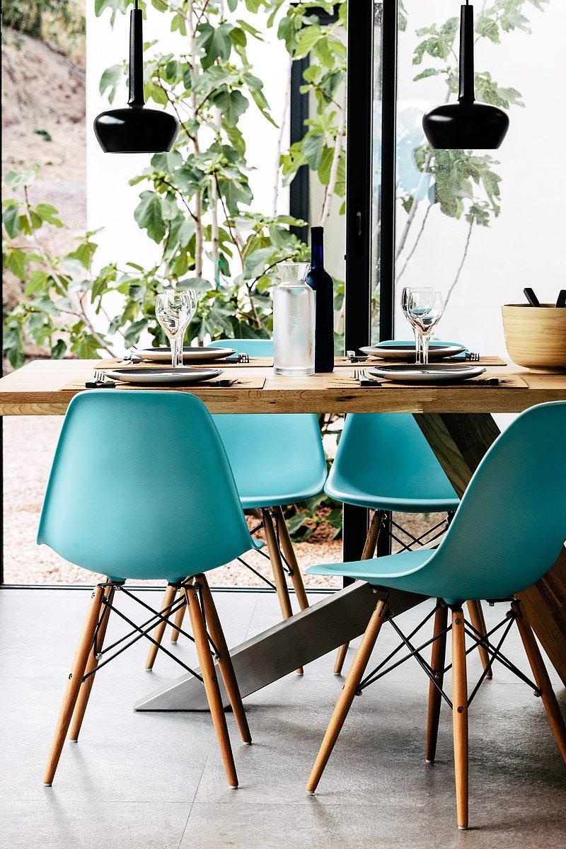 Chaises bleues d'inspiration Eames dans une salle à manger - Photographie : Denis Dalmasso